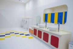 Nettoyez la salle de bains l'en public Photographie stock