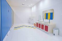 Nettoyez la salle de bains l'en public Photo libre de droits