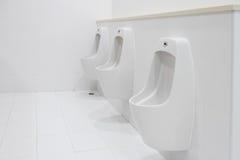 Nettoyez la salle de bains l'en public Photos stock