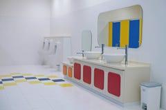 Nettoyez la salle de bains l'en public Image libre de droits