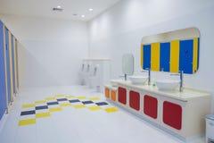 Nettoyez la salle de bains l'en public Images stock