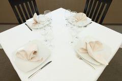 Nettoyez la table de restaurant préparée pour des invités Photographie stock libre de droits