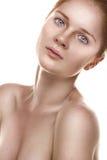 Nettoyez la verticale de beauté d'une jeune fille de gingembre Photographie stock