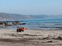 Nettoyez le bêcheur de plage dans l'action, Looe, Cornouailles Photographie stock