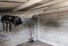 Nettoyez le bloc stable après avoir été curé, en montrant une partie de l'équipement de nettoyage photos stock