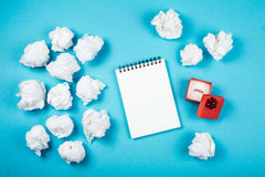 Nettoyez le carnet et la boîte rouge avec l'anneau Images stock