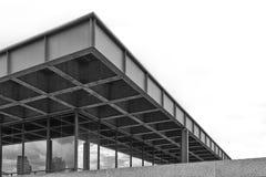 Nettoyez le coin détaillé d'une façade cladded d'acier inoxydable utilisant Images libres de droits