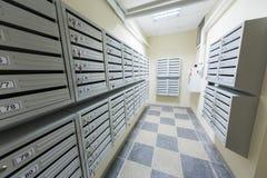 Nettoyez le couloir avec la boîte aux lettres Photos stock