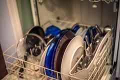 Nettoyez le Dishware dans le lave-vaisselle images libres de droits