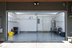 Nettoyez le garage photographie stock libre de droits