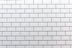 Nettoyez le mur carrelé blanc photographie stock libre de droits
