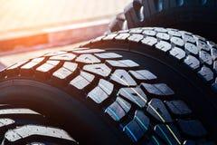 Nettoyez le nouveau pneu moderne de camion Fermez-vous vers le haut de la vue de la surface images libres de droits