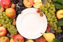 Nettoyez le plat avec des fruits photo libre de droits