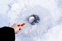 Nettoyez le trou de glace dans le lac congelé Photographie stock libre de droits