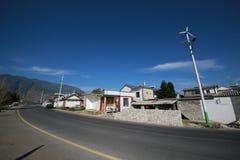 Nettoyez le village avec les réverbères solaires Image stock