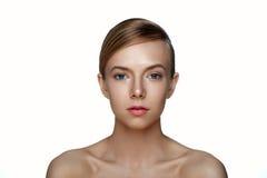 Nettoyez le visage de la belle jeune femme Fille de beauté avec la SK parfaite Images libres de droits