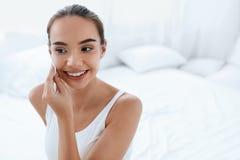 Nettoyez le visage Peau de nettoyage de belle femme avec la protection cosmétique images libres de droits