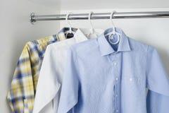 Nettoyez les chemises des hommes repassés Images stock