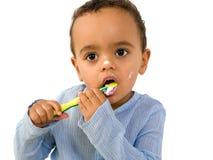 Nettoyez les dents pour l'enfant en bas âge africain Photos libres de droits
