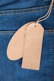 Nettoyez les labels sur des jeans Images libres de droits