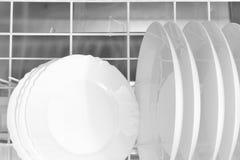 Nettoyez les plats dans le lave-vaisselle Photo stock