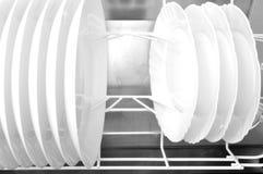 Nettoyez les plats dans le lave-vaisselle Image libre de droits