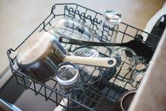 Nettoyez les plats dans le trellis de chargement de lave-vaisselle Images stock