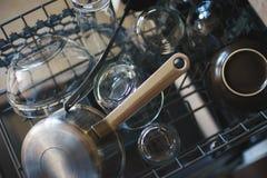 Nettoyez les plats dans le trellis de chargement de lave-vaisselle Photographie stock libre de droits