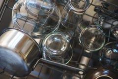 Nettoyez les plats dans le trellis de chargement de lave-vaisselle Photos libres de droits