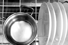 Nettoyez les plats et le pot dans le lave-vaisselle Photographie stock libre de droits