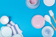 Nettoyez les plats, le café ou le service à thé Abondance des tasses et soucoupes élégantes de porcelaine au fond bleu image stock