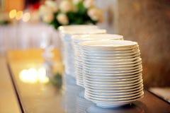 Nettoyez les plats prêts à servir à une célébration de partie ou de mariage Photographie stock