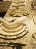 Nettoyez les plats sur la table photos stock