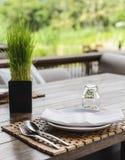 Nettoyez les plats sur la table en bois Images libres de droits