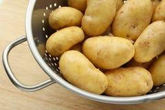 Nettoyez les pommes de terre d'or Image libre de droits
