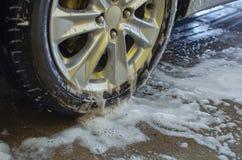 Nettoyez les roues de voiture photo stock