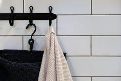 Nettoyez les serviettes colorées accrochant sur le support dans la salle de bains Concentrez sur le dessus du crochet et des serv photos stock