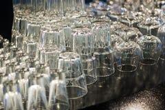 Nettoyez les tasses et les verres la barre Images libres de droits