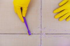 Nettoyez les tuiles sur le plancher images stock