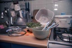 Nettoyez les ustensiles de cuisine se tenant sur la table image stock