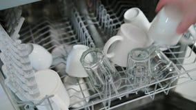 Nettoyez les verres et les tasses dans un lave-vaisselle photographie stock libre de droits