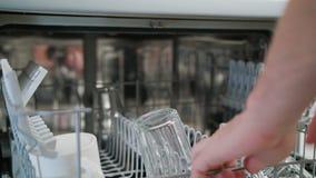 Nettoyez les verres et les tasses dans un lave-vaisselle photos libres de droits