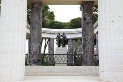 NETTUNO - Kwiecień 06: Brązowa statua dwa brata w rękach Zdjęcia Stock