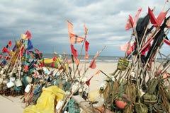 Netwerk die op strand en boten 12 vissen Stock Fotografie