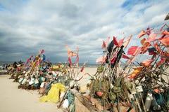 Netwerk die op strand en boten 13 vissen Royalty-vrije Stock Foto