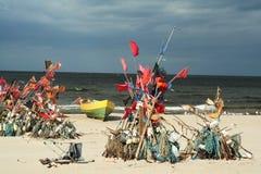 Netwerk die op strand en boten 1 vissen Royalty-vrije Stock Afbeelding