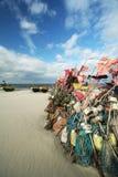 Netwerk die op strand en boten 6 vissen Royalty-vrije Stock Afbeelding