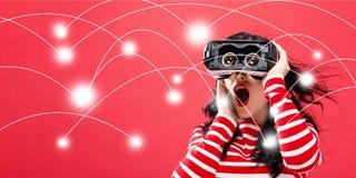 Netwerk en verbindingstechnologieconcept met vrouw die een virtuele werkelijkheidshoofdtelefoon met behulp van Royalty-vrije Stock Fotografie