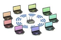 Netwerk gegevensverwerkingsconcept met router en laptops Stock Afbeeldingen