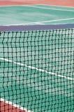 Netwerk op de tennisbaan Grote tennisachtergrond royalty-vrije stock fotografie